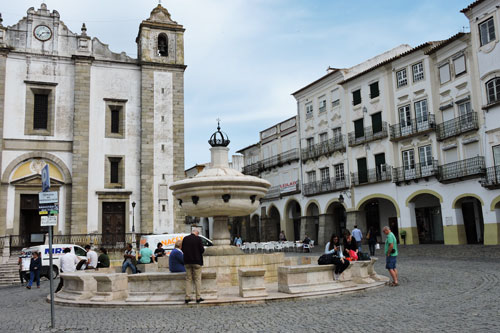 One of the main squares, Praça de Giraldo - Photo by Angel Romero