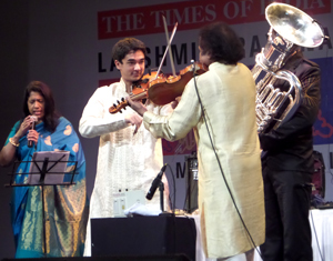Ambi Subramaniam with his parents Kavita Krishnamurti Subramaniam and Dr. L. Subramaniam and tuba player Oystein Baadsvik – Photo by Madanmohan Rao