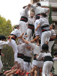 Castellers in downtown Manresa forming the human castle - Photo by Angel Romero, 2013