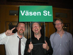 Vasen surprised with sign, left to right: Roger Tallroth, Mikael  Marin, Olov Johansson