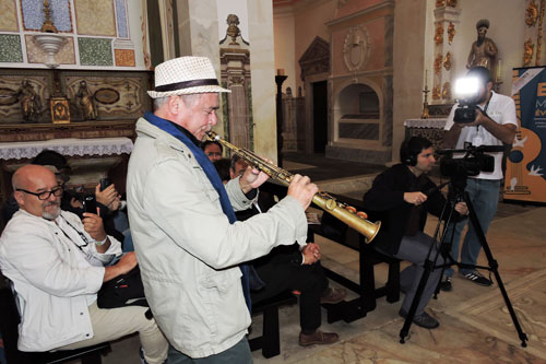 Brazilian musician Carlos Malta performing at Convento do Espinheiro chapel - Photo by Angel Romero