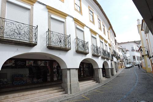 Curved building on Rua Serpa Pinto - Photo by Angel Romero