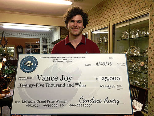 Vance Joy receiving the ISC prize