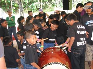 Children playing the taiko drums of Japan in Dagaya's worksop